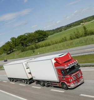 un poids-lourd sur une autoroute.