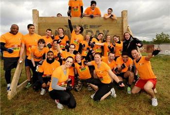 salariés d'extia participant, tout sourire, à l'événement sportif mud day