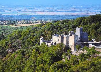 le château de saissac, en pays cathare, date du xie siècle.