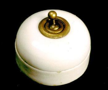 l'ancêtre de l'interrupteur, dit 'tumbler' produit par legrand dans les années