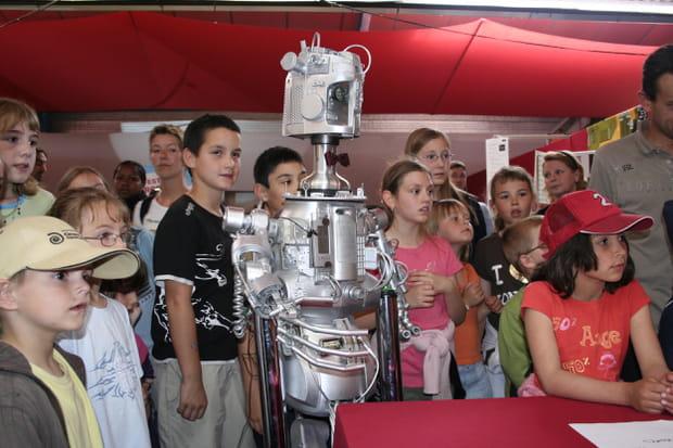 Les enfants fascinés par l'univers des robots