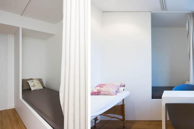 Des lits dans une salle de détente
