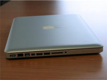 la connectique du macbook pro, lecteur optique exclu.