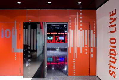 l'entrée de studio live, la salle de concert du studio sfr