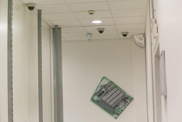 96 caméras de surveillance à l'intérieur