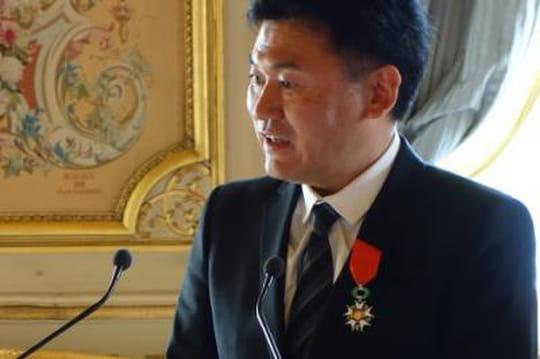 Laurent Fabius décore de la Légion d'honneur le fondateur de Rakuten