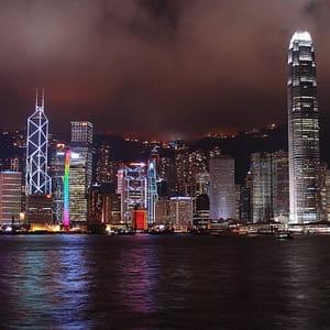 une vue de hong-kong de nuit.
