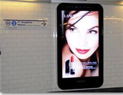 le mobilier numérique mis en place par métrobus dans les couloirs de métro à