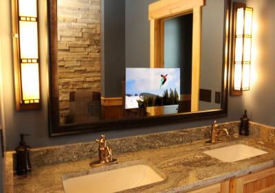 Une télévision incrustée dans le miroir de salle de bains