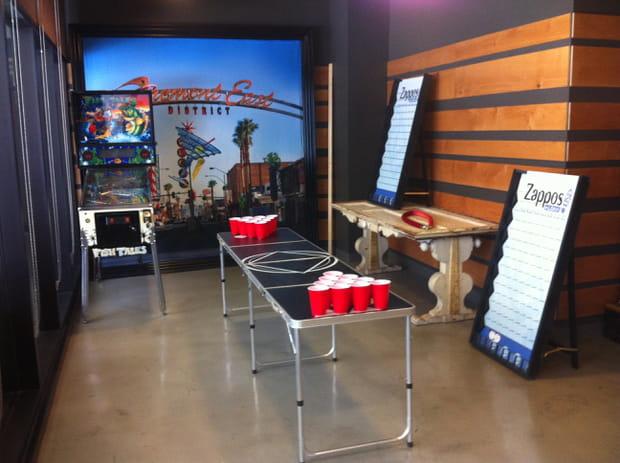 Beer pong et flipper dans la salle de jeu