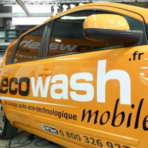 un véhicule du réseau dea franchises ecowash.