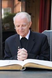 un curé peut être payé jusqu'à 3112euros par mois en alsace-moselle.