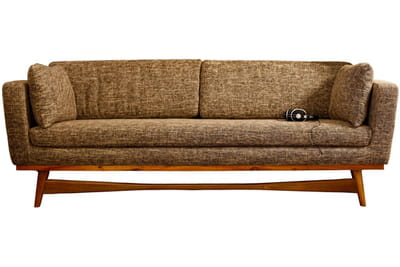 un canapé profond inspiré des sofas des années 1950.