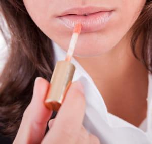 un peu de gloss peut redonner un éclat discret à vos lèvres.