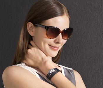 le bracelet june communique avec un smartphone et dispense des conseils pour se