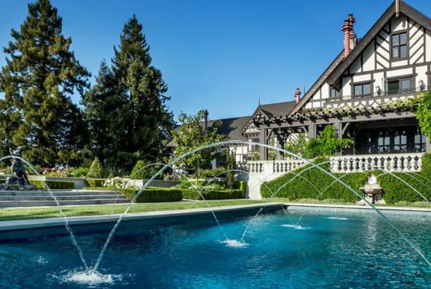 La piscine va avec le reste de la propriété