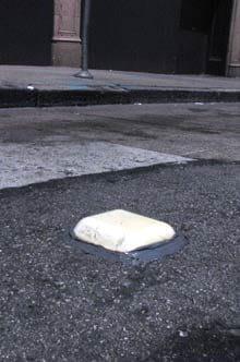 le boîtier émetteur placé sur la place de parking avertit les automobilistes que