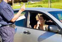 l'une des saynètes présente un policier en train de reprocher à un automobiliste