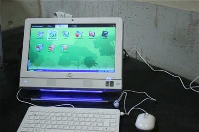 un ensemble clavier-souris fourni