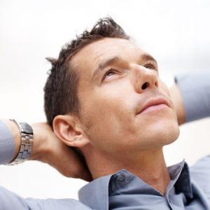 les bras étendus de votre interlocuteur signifient qu'il se sent à l'aise.