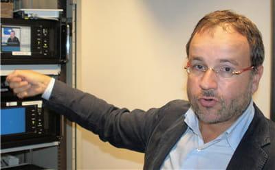 jean-michel planche devant ses robots de surveillance tv