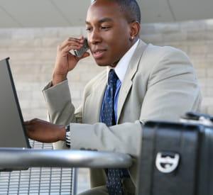 restez en contact téléphonique fréquent avec le siège afin de communiquer vos
