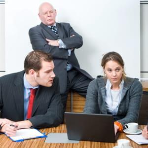 vous savez que votre chef n'apprécie pas votre collègue.