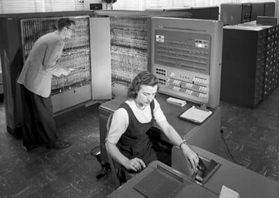 a terre, une informatique très présente, et imposante.