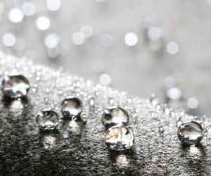 la microstructure de ce tissu empêche l'absorption de l'eau et des graisses.