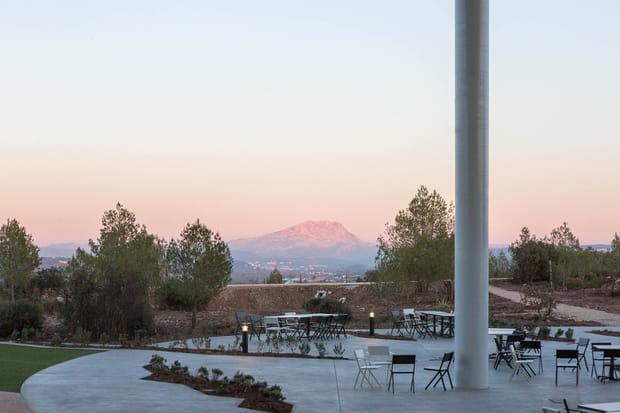 La montagne Sainte-Victoire à l'horizon