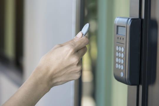 RFID: définition, fonctionnement avec un tag, lien avec le NFC