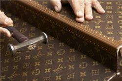 une malette louis vuitton en cours de conception.