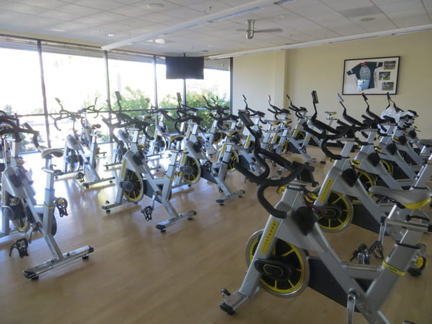 Une salle de vélos
