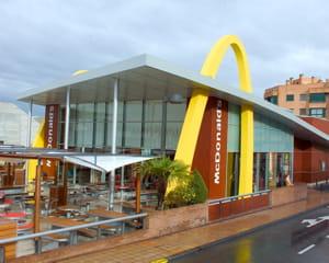 un restaurant mcdonald's à barcelone.