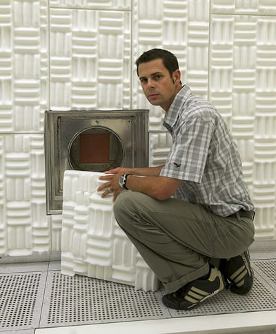 le docteur emanuel lörtscher pose devant le conduit de climatisation.