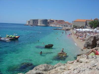 une plage à dubrovnik, en croatie.