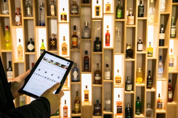 Un mur à spiritueux qui s'allume selon les filtres du client