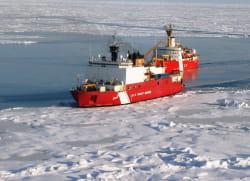 un navire garde-côtes canadien dans l'océan arctique. le canada compte