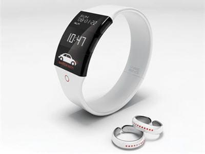 le bracelet détecte les sons et transmet aux bagues la direction d'où ils sont