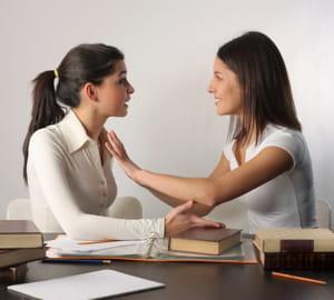 la personne qui touche l'autre se sent plus à l'aise dans la discussion.