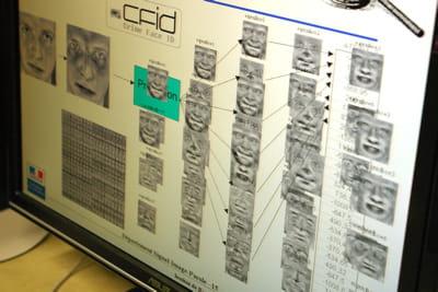 des logiciels de reconnaissance de caractéristiques du visage sont utilisés par