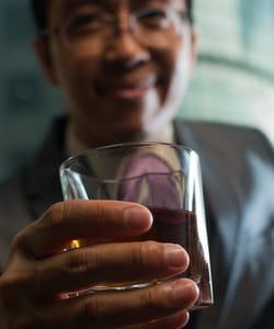 acceptez le verre que l'on vous tend.