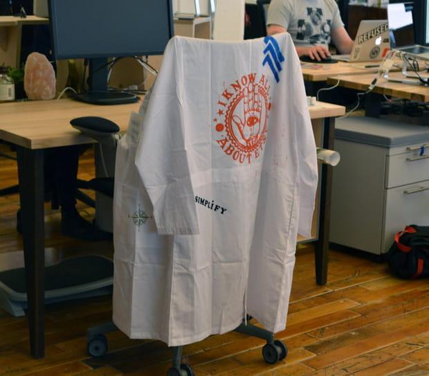 Les employés ont un vêtement de fonction