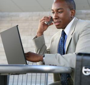 le voyageur d'affaires ne se déplace jamais sans son portable.