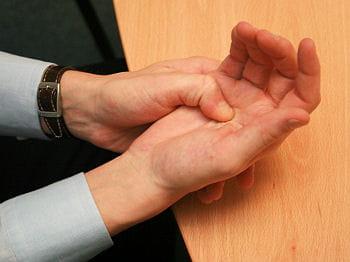 masser la paume de la main puis tous les doigts