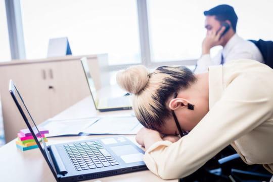 Surmenage au travail: définition, symptômes et signes