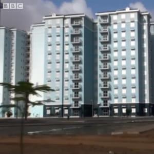 cette vue de kilamba est une capture d'écran réalisée à partir d'un documentaire