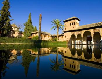 l'alhambra de grenade, dont les jardins invitent au repos.