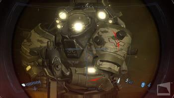 le joueur porte un casque, sur lequel on peut lire ses points de vie, munitions