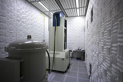 photo du microscope électronique en transmission, à l'intérieur de la chambre